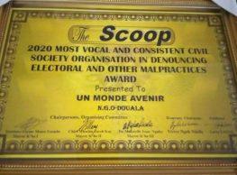 l'ONG Un monde Avenir à reçu du SCOOP le prix de l'Organisation de la société civile la plus brillante et la plus cohérente de 2020 dans la dénonciation des abus électoraux et autres